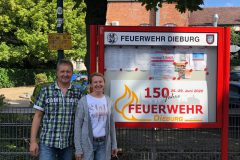 Familie Beck vor dem neuen Schaukasten (Frau Böhle fehlt leider)