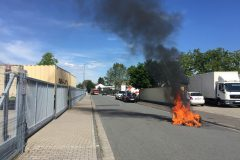 Brennende Mülltonne auf der Straße