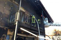 Nachlöscharbeiten über Balkon und Korb