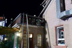 Steckleiter und Schlauch auf Balkon