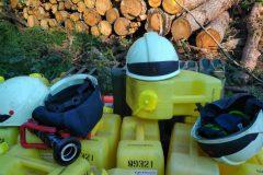 Helme auf Schaumkanistern
