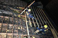 Errichtung des Notdaches durch das THW