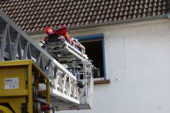 Anleitern am Gebäude mit Rettungsdienst-Trage