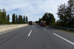 Bremsspuren und Trümmerteile auf der Kraftfahrstraße