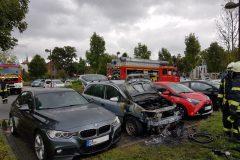 Angriffstrupp vor abgelöschtem Fahrzeug
