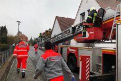 Rettungsdienstpersonal auf dem Weg zum abgesetzten Korb