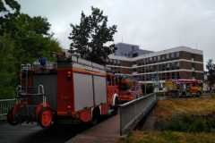 Löschzug vor Verwaltungsgebäude