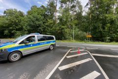 Polizei nach Demontage des Schildes