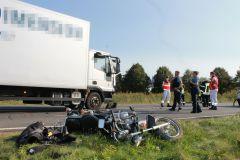 Verunfalltes Motorrad vor LKW