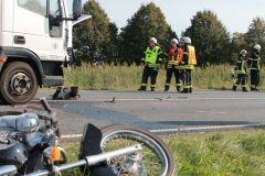 Führungskräfte vor den Unfallfahrzeugen