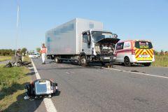 Notarzt neben verunfallten Fahrzeugen
