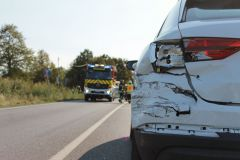 HLF vor beschädigtem PKW