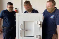 Öffnen einer Modelltür durch Kameraden mit Mund-Nasen-Schutz